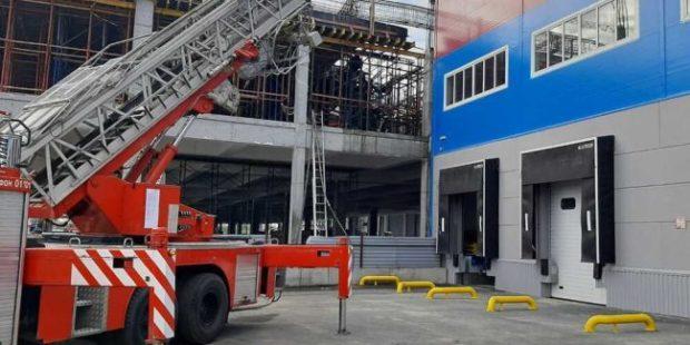 В Екатеринбурге на ста квадратных метрах загорелся строящийся склад