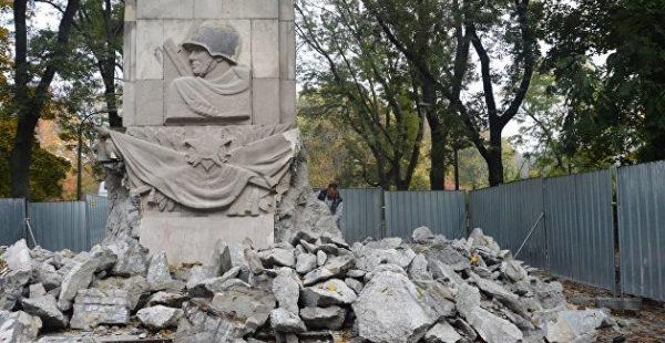 Польский эксперт сказал, что будет с его страной, если она не будет сносить памятники советским солдатам