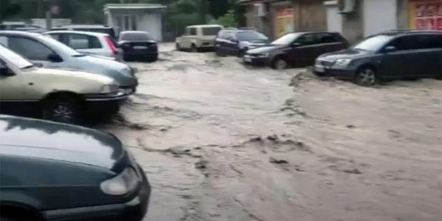 В Ялте из-за разлива реки Водопадная подтопило дома и дороги
