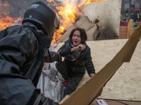 Французская полиция применила слезоточивый газ против нарушителей комендантского часа