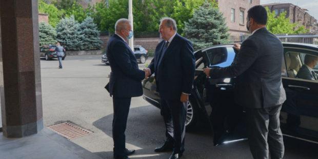 Глава Армении посетил посольство России в преддверии государственного праздника