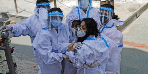 """Индию атакует новый вирус: на 150% вырос показатель инфицирования """"черной плесенью"""""""