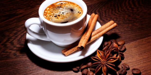 Врач пояснила, можно ли пить кофе в летнюю жару и о чем не стоит забывать