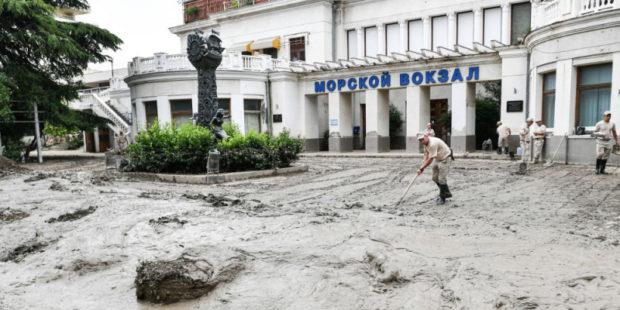 Жителей Ялты эвакуируют из-за подтопления