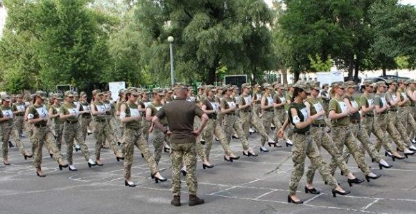 «Да у нас даже белья нет». В Минобороны Украины отреагировали на скандал с девушками на каблуках