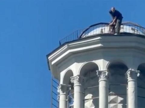 "На крышу дома ""под юбкой"" в центре Москвы залез мужчина"
