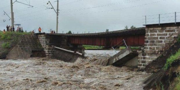 Паводок в Забайкалье разрушил мост и размыл участок федеральной трассы