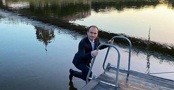Украинский министр полез в реку в костюме