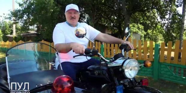 """Поездка """"байкера"""" Александра Лукашенко на мотоцикле попала на видео"""