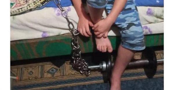 Житель Кривого Рога посадил ребенка на цепь