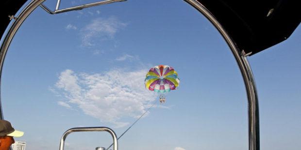 Под Туапсе мужчина с парашютом упал в море с 15-метровой высоты