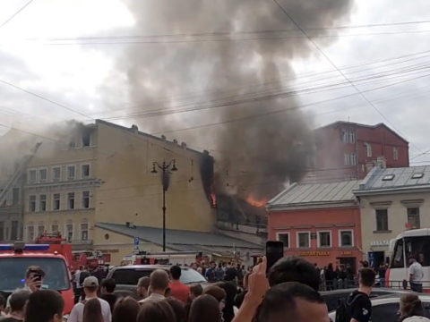 В центре Петербурга загорелся жилой дом