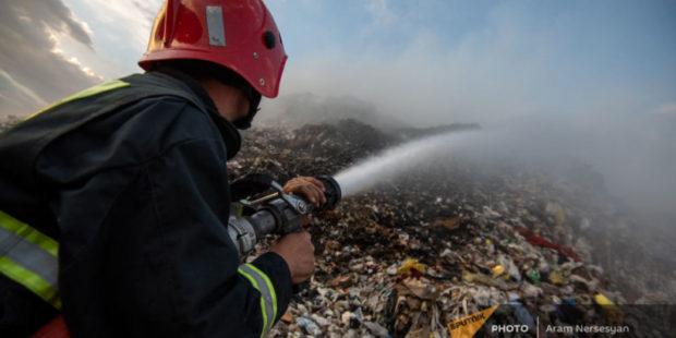 Пожарные борются с огнем на мусорных свалках в Нубарашене и Арарате