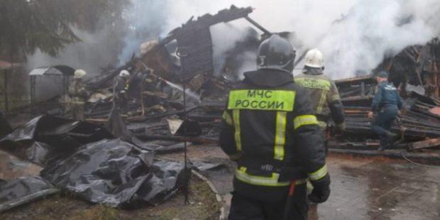 В Псковской области сгорел гостевой дом, в котором отдыхали люди