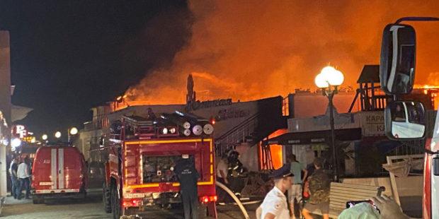 На набережной в Сочи начался сильный пожар в кафе