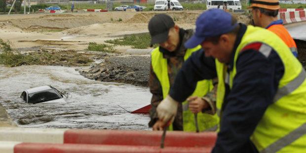 Разрушенную под Анапой трассу к Крымскому мосту восстановят до конца суток