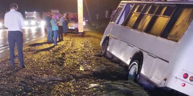 Пассажирский автобус смыло в кювет на Кубани