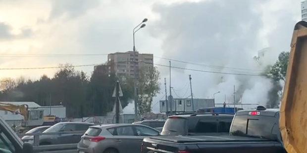 На Аминьевском шоссе из под земли валит пар