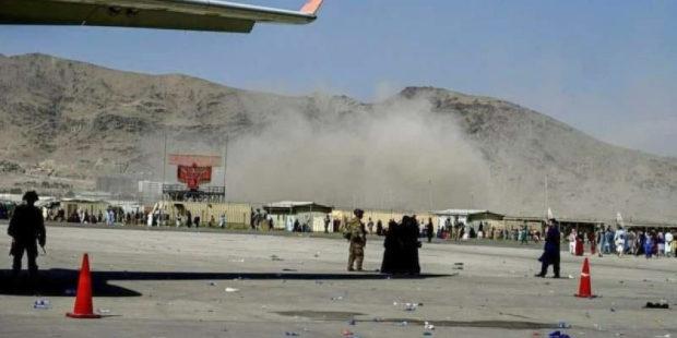 В Кабуле возле аэропорта террористы взорвали две бомбы - погибли 13 человек