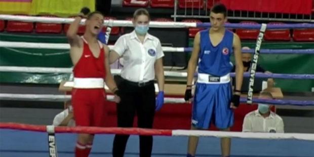 Дважды отправил в нокдаун: юный армянский боксер победил соперника из Турции
