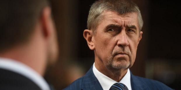 Чешскому премьеру Андрею Бабишу перед камерами в лицо попали яйцом