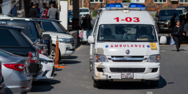 Легковушка столкнулась с грузовиком в Арарате: среди пострадавших двое детей