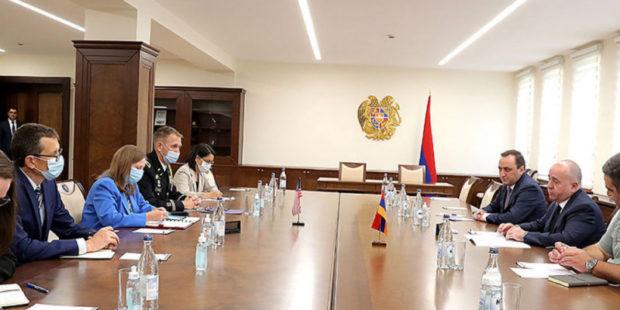 Министр обороны Армении и посол США обсудили военное сотрудничество и ситуацию на границе