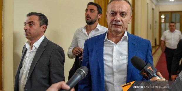 """""""Спровоцировал"""": экс-министр обороны объяснил, почему швырнул бутылку в депутата от власти"""