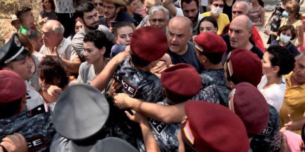 """У """"Физгородка"""" в Ереване вновь неспокойно – активиста забрали в полицию"""