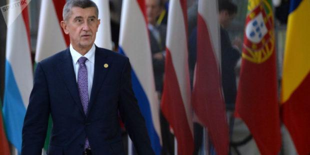 В премьер-министра Чехии бросили яйцо на презентации его книги