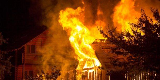Челябинские инспекторы ГИБДД спасли женщину из горящего дома