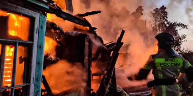 В Екатеринбурге ночью загорелись коллективные сады