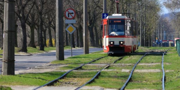 Видео: В Ульяновске старушка-зацепер попыталась прокатиться на трамвае