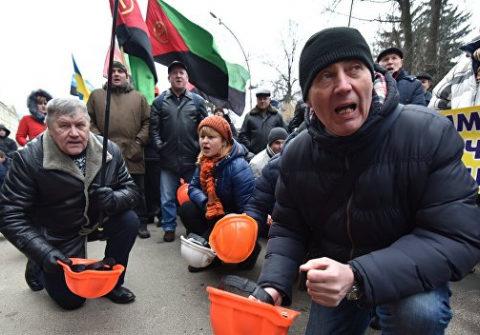 Вопреки протестам шахтеров киевский режим закрывает шахту в Луганской области