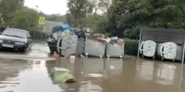 Видео: В Сочи ливень подтопил часть улицы и разнес мусор