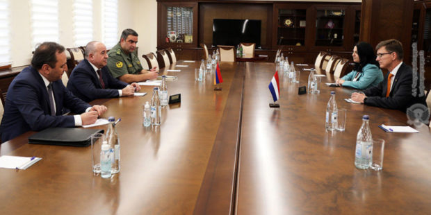 Министр обороны Армении обсудил с послом Нидерландов ситуацию на границе
