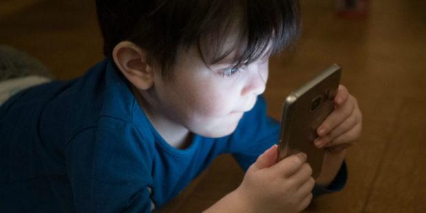 Смартфоны стоит регулярно обеззараживать - инфекционист предупреждает