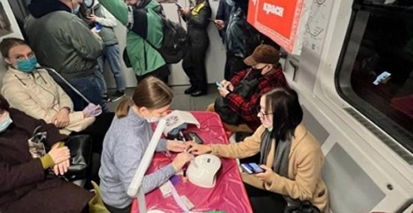 Купи телефон и подстригись: в метро Киева прошла странная акция