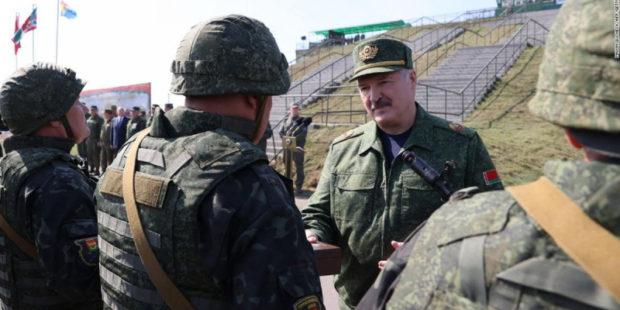 """Лукашенко пообещал защищать Белоруссию """"ценой своей жизни"""", предупредив Байдена"""