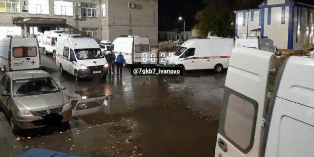 В Иванове возле ковид-клиники скопилась длинная очередь машин «скорой»