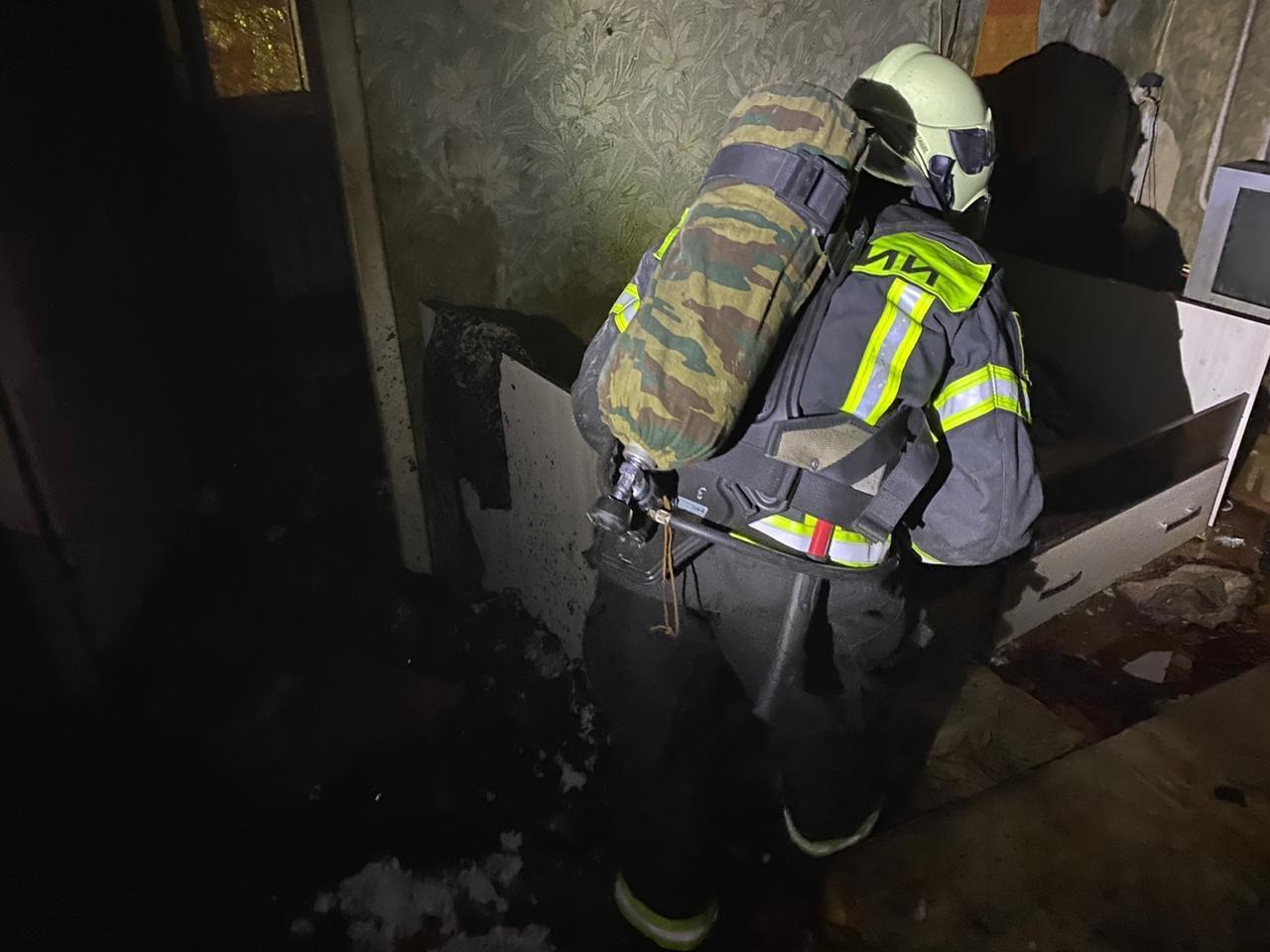 В Новомосковске загорелась квартира: один человек госпитализирован