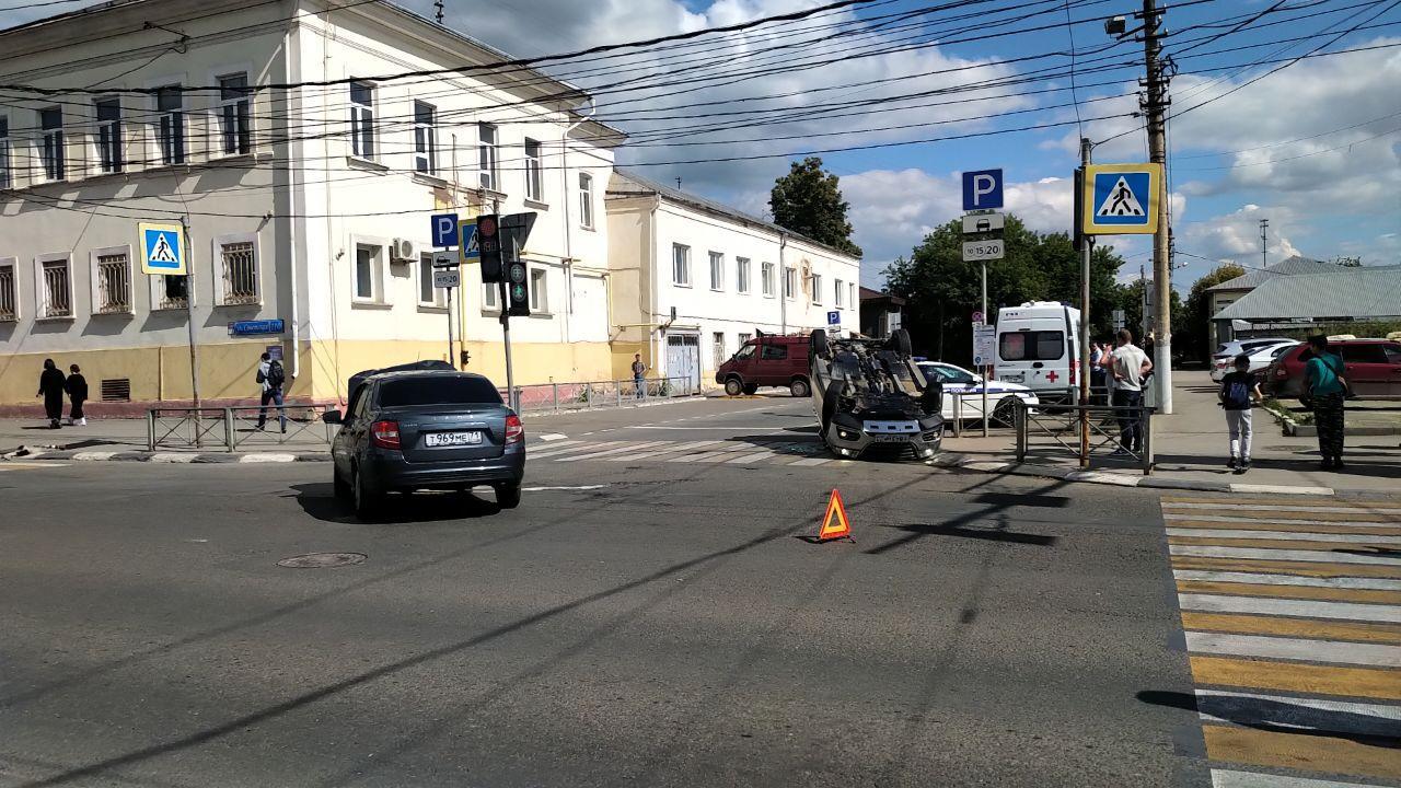В Туле на улице Советской перевернулся автомобиль