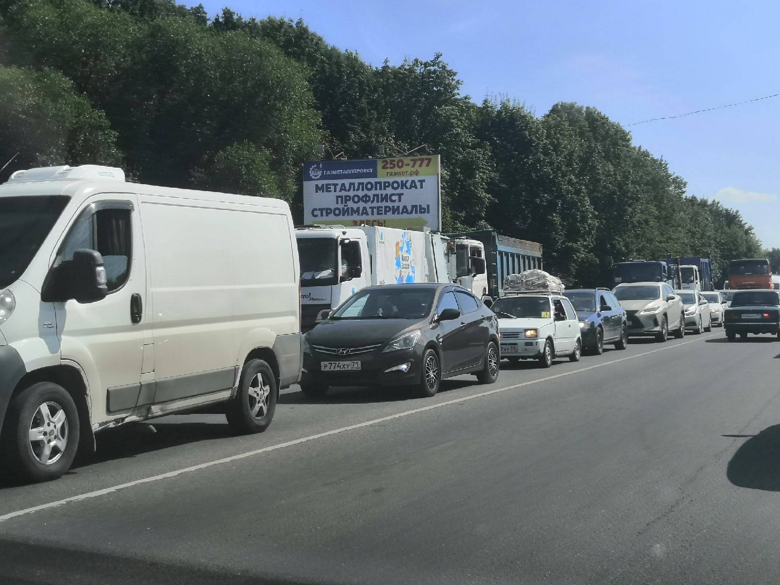 Водители встали в большую пробку на Новомосковском шоссе при въезде в Тулу