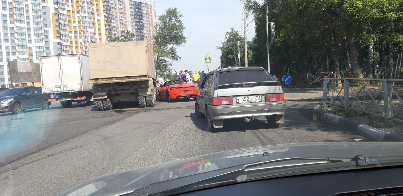В Туле кабриолет «притерся» к грузовику