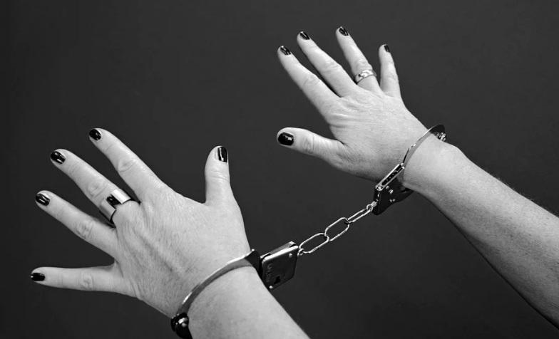 Присяжные в Щекине отправили в колонию женщину, убившую пенсионера одним ударом