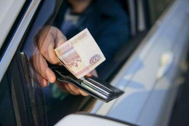 В Щекино мужчина пытался дать взятку дорожным инспекторам