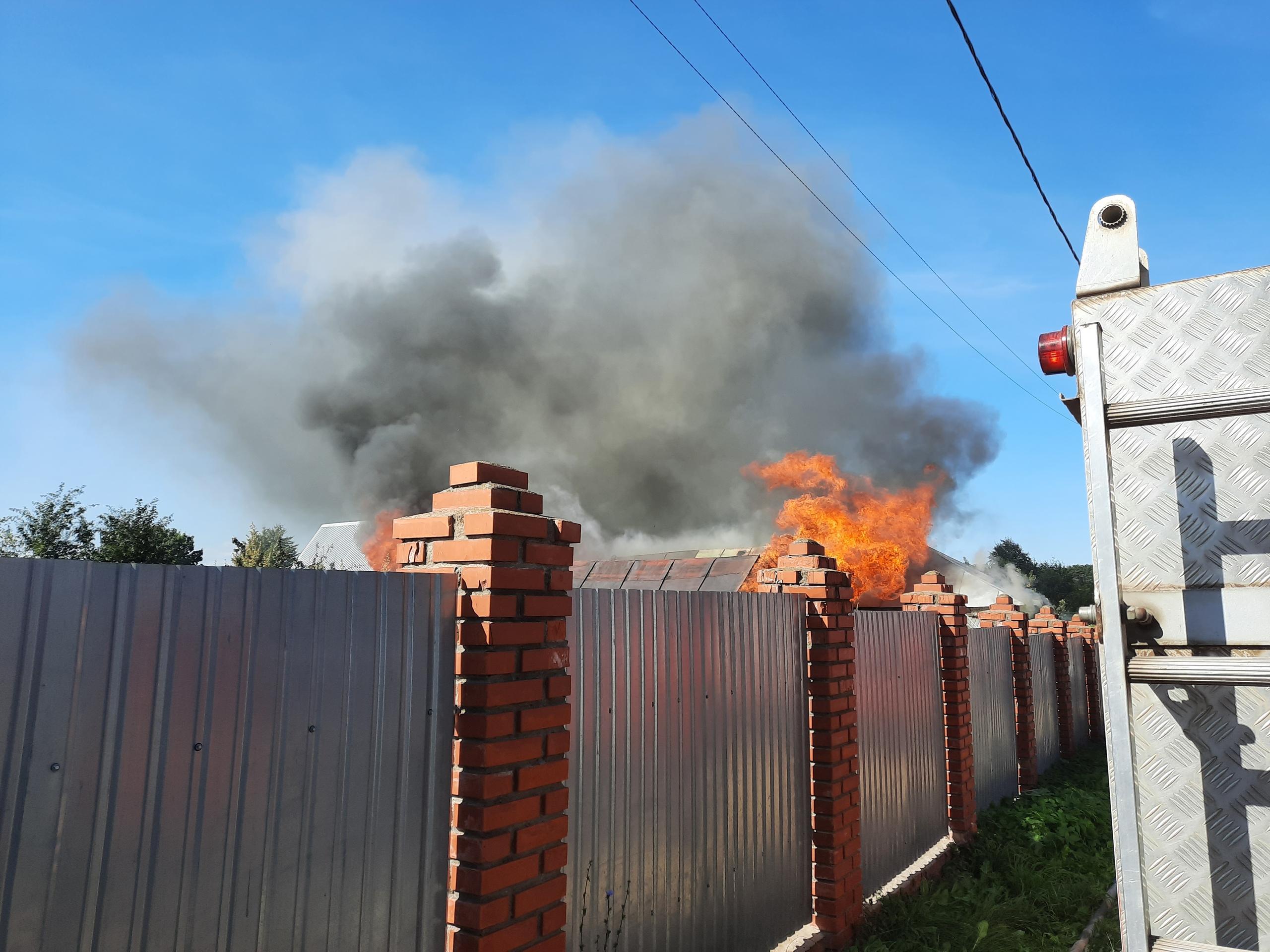 В поселке Плеханово загорелся жилой дом