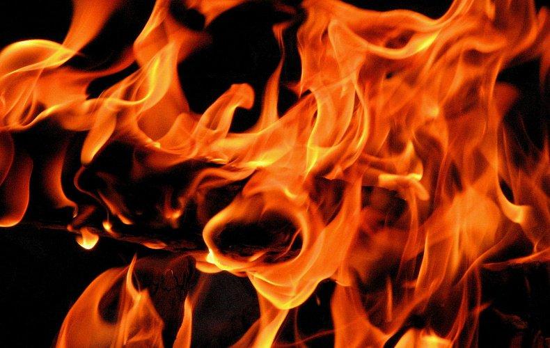 Две машины сгорели ночью в Тульской области