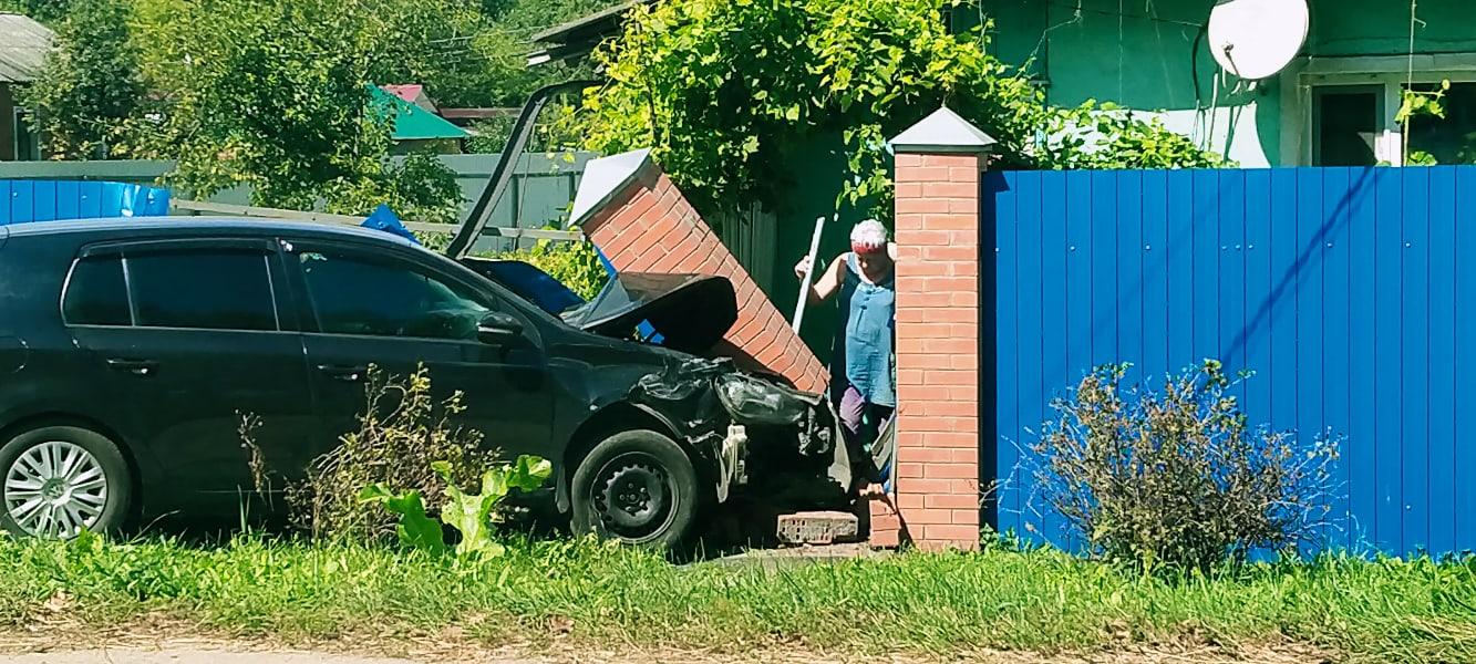 В Узловой Volkswagen въехал в дом