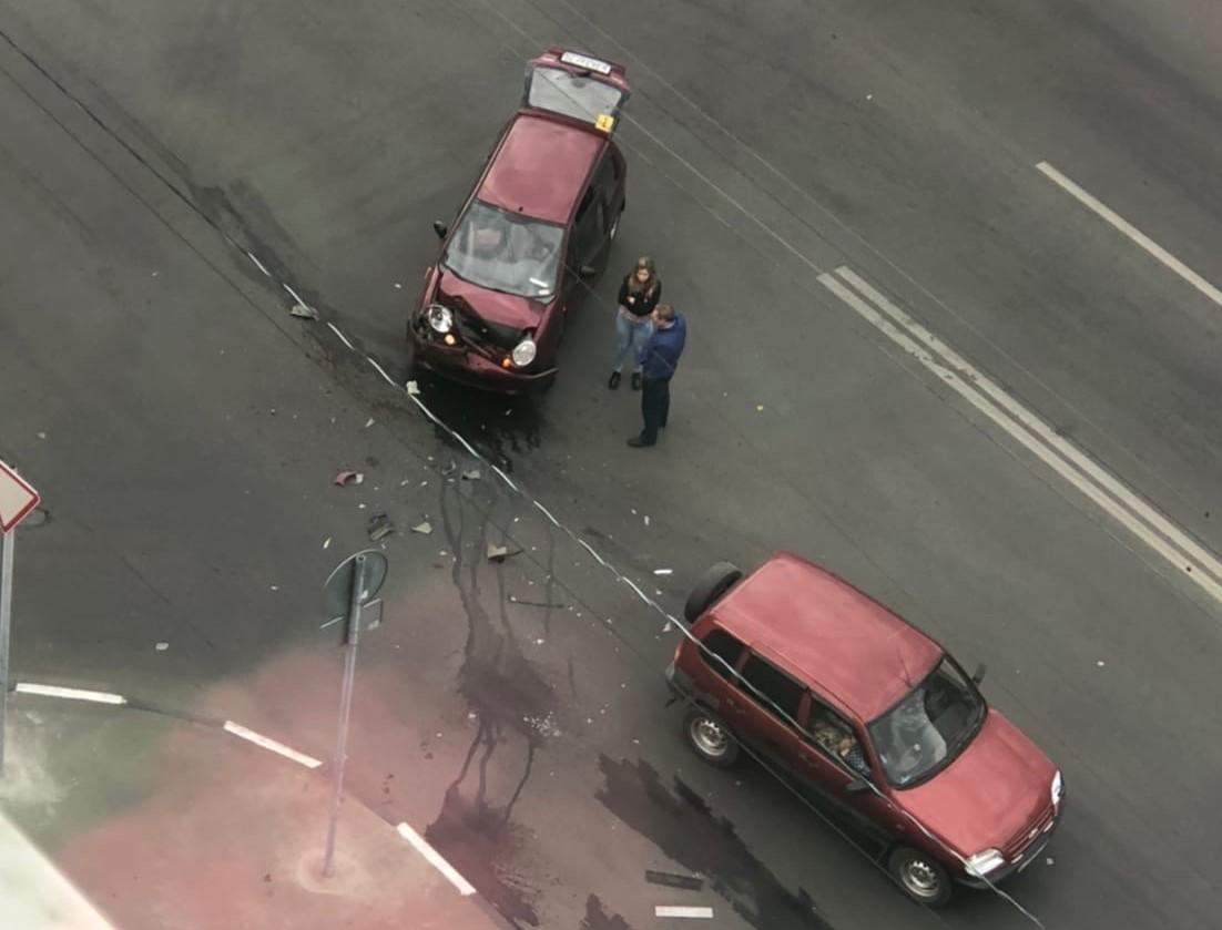 На улице Болдина в Туле «Матиз» не поделил дорогу с «Нивой»